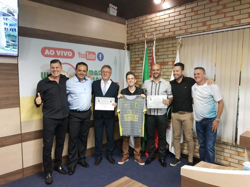 Danilo Rezini e técnico Gersinho são homenageados na Câmara