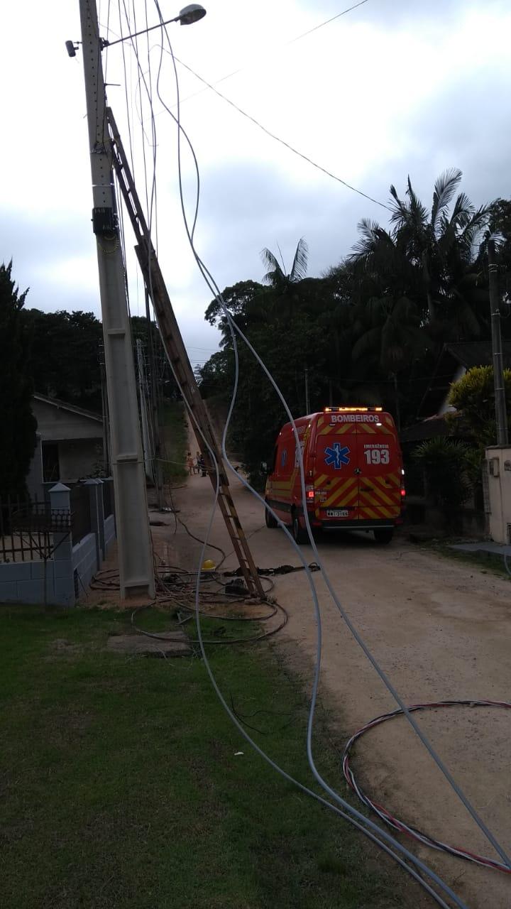 Trabalhador sofre queda de escada durante serviço na rede de energia
