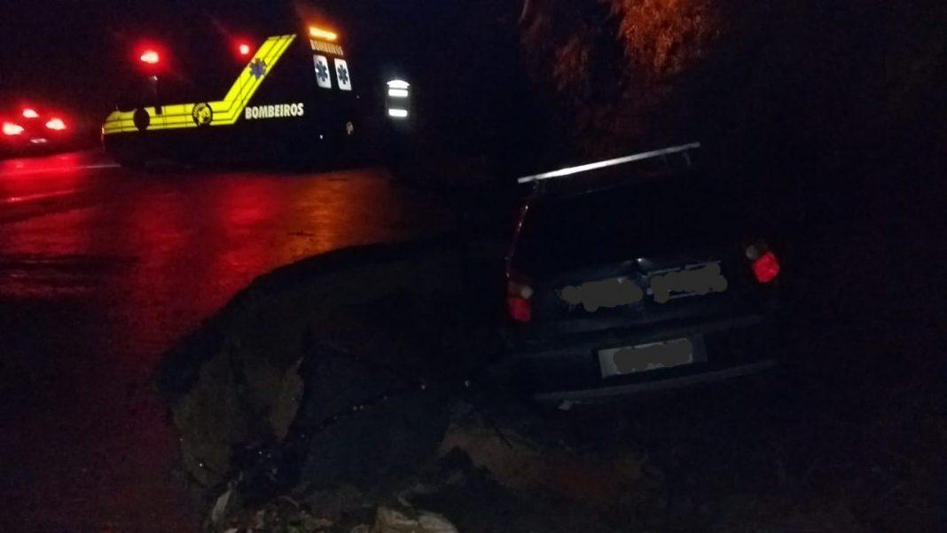 Carro cai em buraco na Rua Boêmia