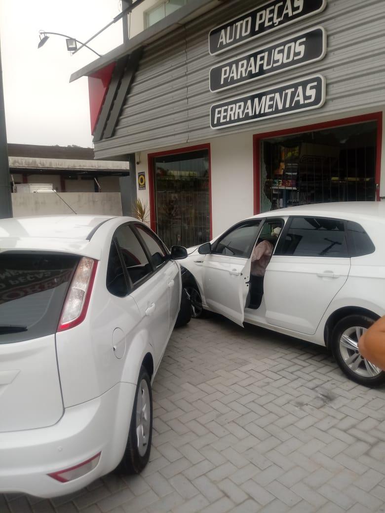 Vídeo: Carro sai da pista e atinge carro estacionado na rodovia