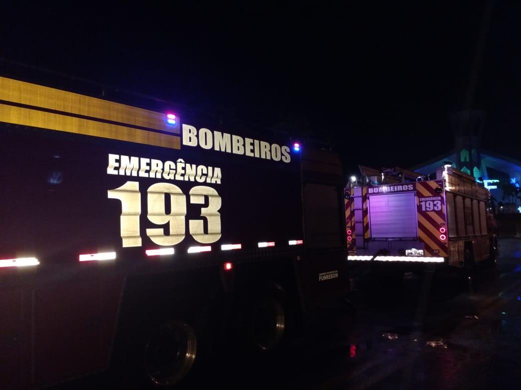 Corpo de Bombeiros combate incêndio em depósito de papelão