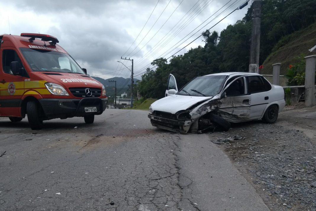 Colisão entre dois carros movimenta bombeiros em Guabiruba