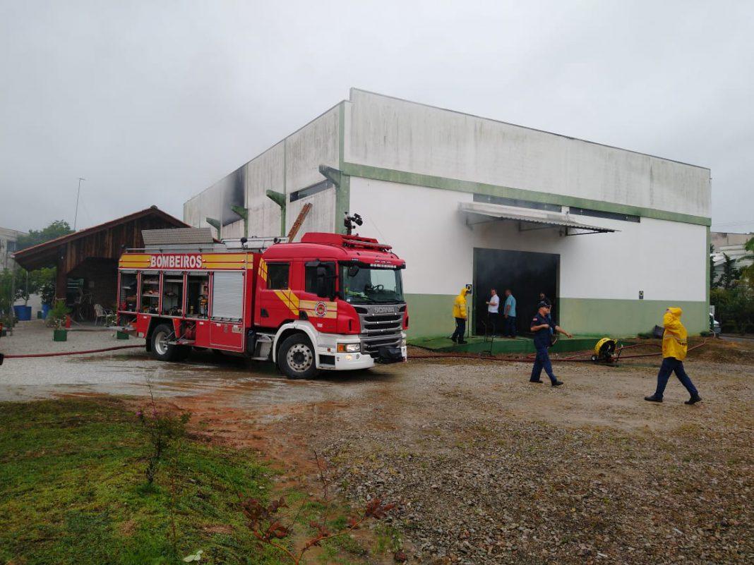 Corpo de Bombeiros combate incêndio em galpão no bairro Limoeiro