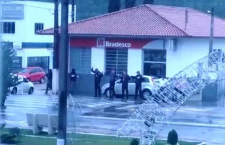 Assalto a banco em Apiúna; reféns, escudo humano e um PM ferido