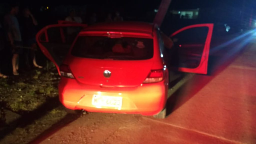 Carro bate em poste no Guarani