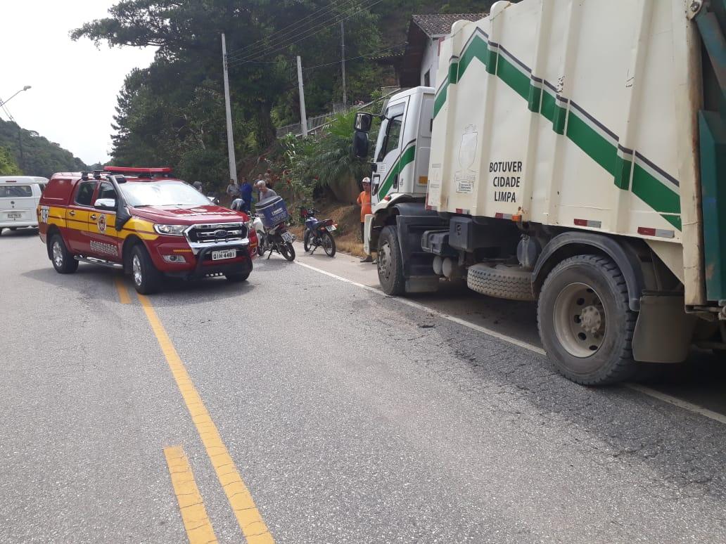 Carro capota após colisão contra caminhão na rodovia SC-486 em Botuverá