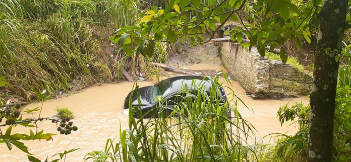 Carro cai em ribeirão na Travessa Lagoa Dourada