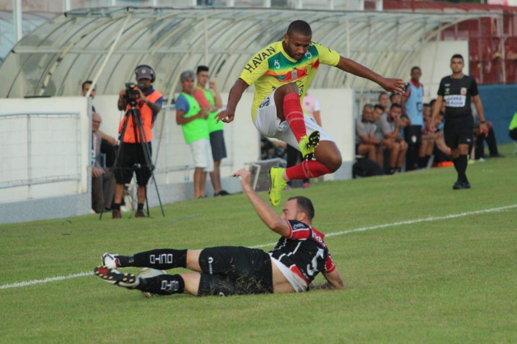 A partida que varou a noite deste domingo, 26, no novo gramado do estádio Augusto Bauer, ficará na memória do torcedor