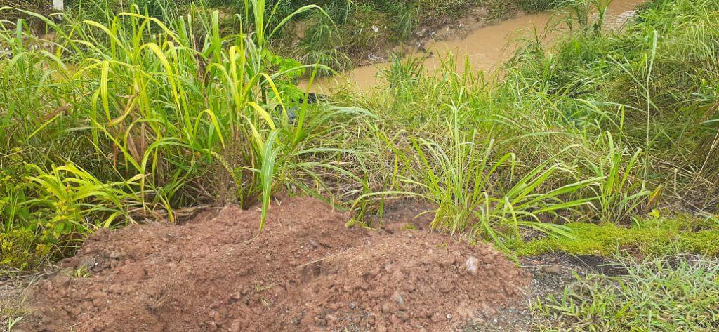 Veículo saiu da pista na Travessa Lagoa Dourada e caiu no ribeirão.