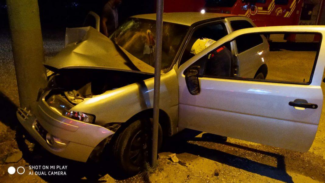 Carro bate em poste na rodovia Ivo Silveira