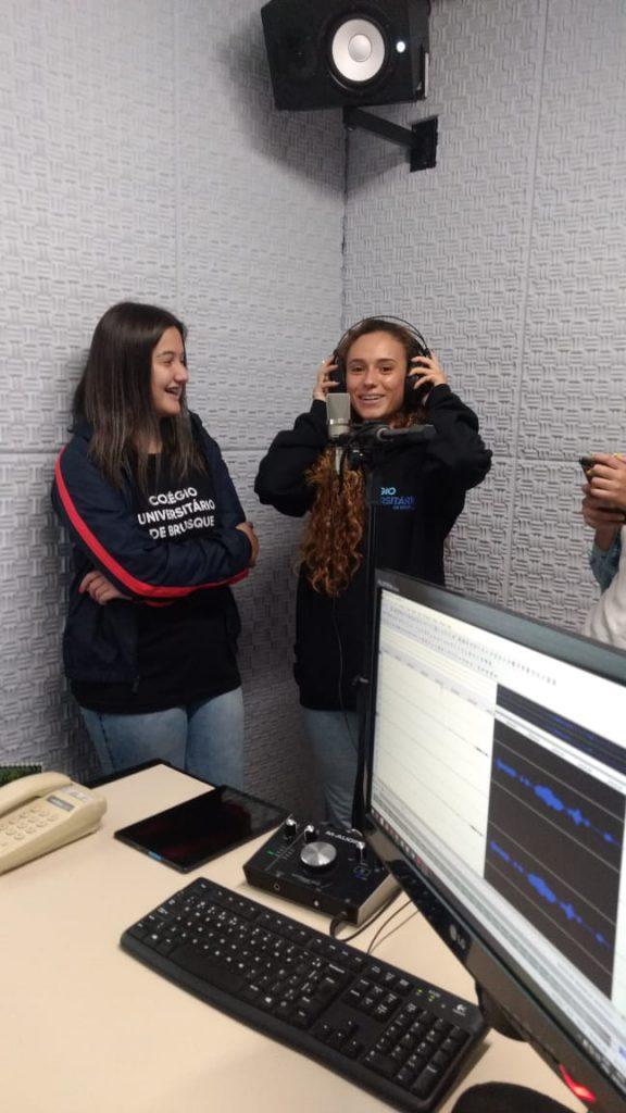 Alunas do Colégio Unifebe conhecendo o estúdio de gravação.
