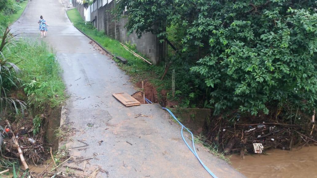 Moradores da rua Francisco Sumick esperam reparos em ponte afetada pela chuva