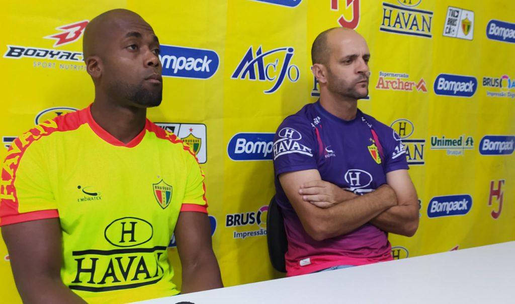 Zagueiro Negueti e técnico Jersinho em coletiva de imprensa (Foto: Diplomata FM).