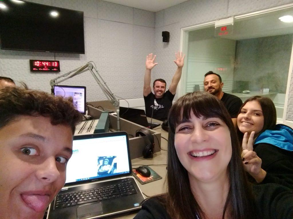 Presentes no estúdio, ao vivo, os alunos Carlos Eduardo R. Nunes e Vitória Louise Vanelli