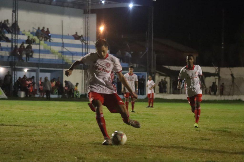 Davi converteu o pênalti pelas quartas de finais da Copa Santiago, pelo Inter.