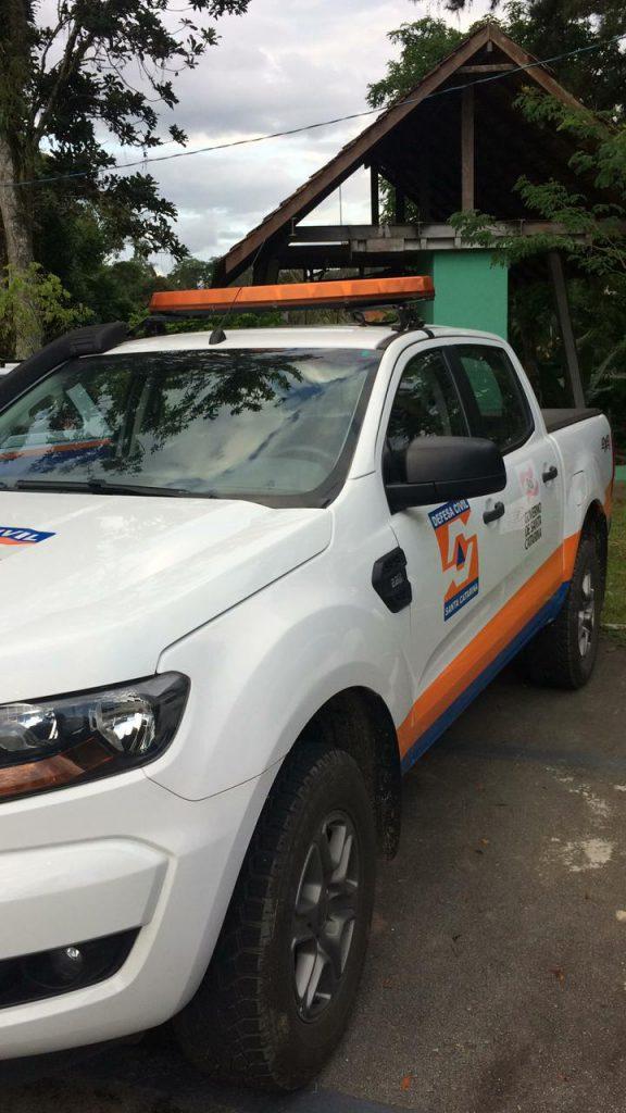 Caminhonete da Defesa Civil da regional parada no pátio do órgão não poder ser usada pelo município sem a devida autorização (Foto: Divulgação).