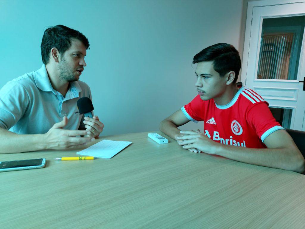Davi de Souza durante entrevista na Rádio Diplomata FM.