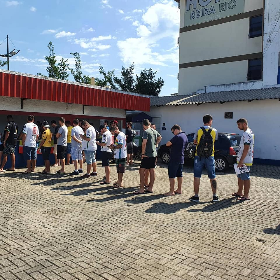 Cerca de duzentos torcedores retiraram as novas camisas oficiais e pulseiras eletrônicas do Brusque (Foto: Divulgação/BFC).