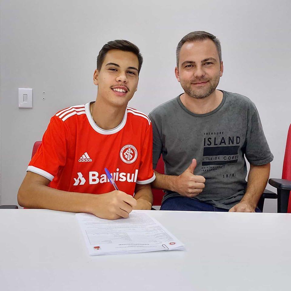 Davi de Souza e o pai, Fábio de Souza, após assinatura de contrato com o Inter (Foto/ Divulgação)).