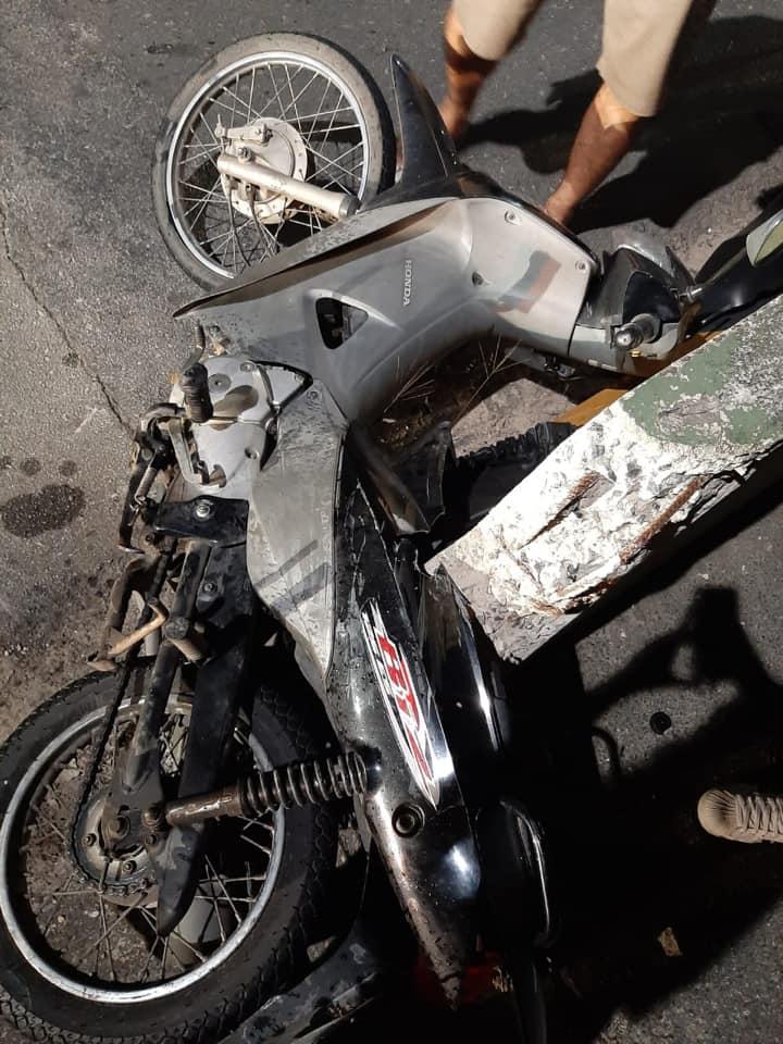Motoneta da vítima atingida por um veículo nas imediações da ponte do Maluche.