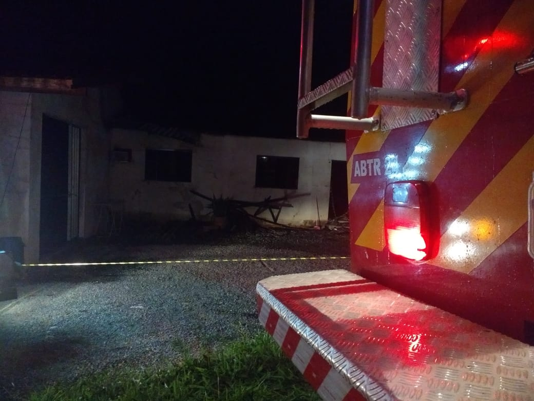 Corpo de Bombeiros combate incêndio em residência na Rua Lorena