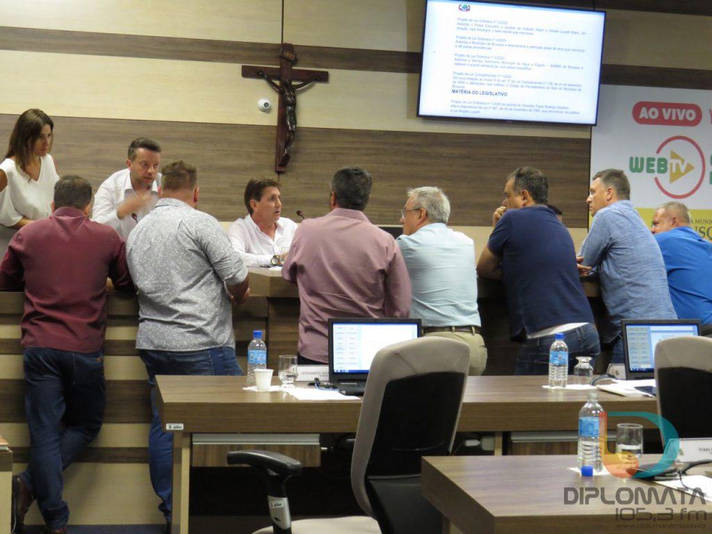 Vereadores reunidos na mesa-diretora em sessão marcada pela eleição da nova presidência (Foto: Juliane Ferreira/Diplomata FM).