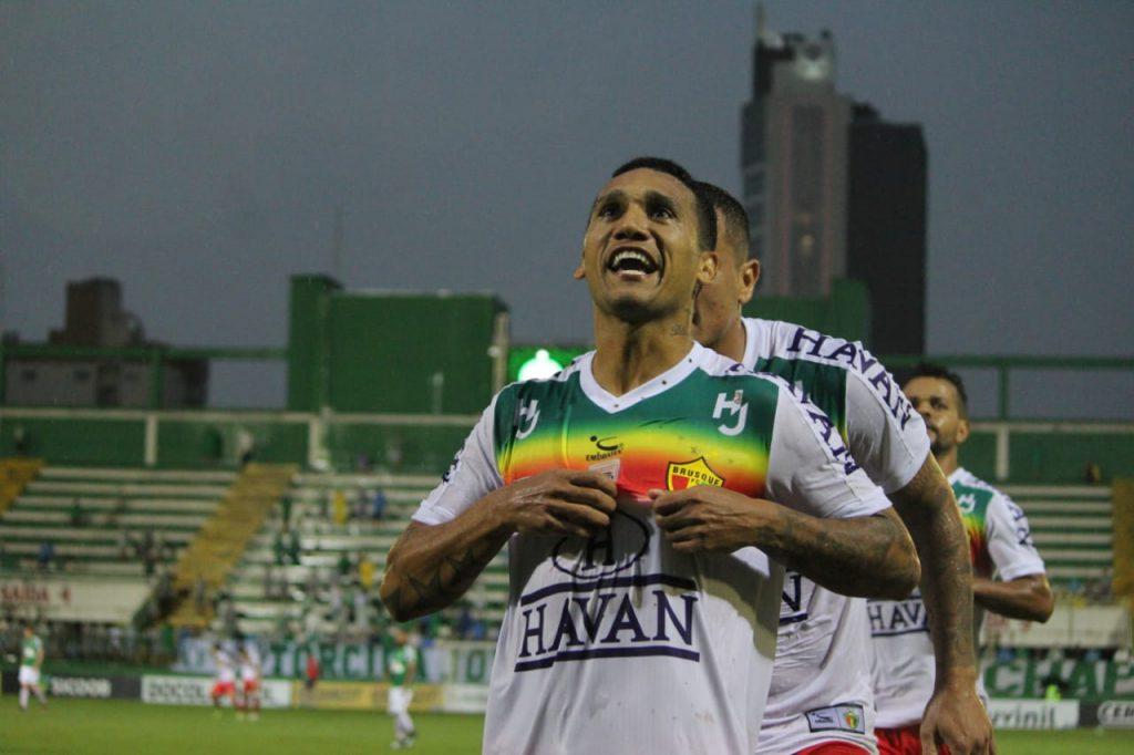 Thiago Alagoano comemora do da vitória sobre a Chapecoense.