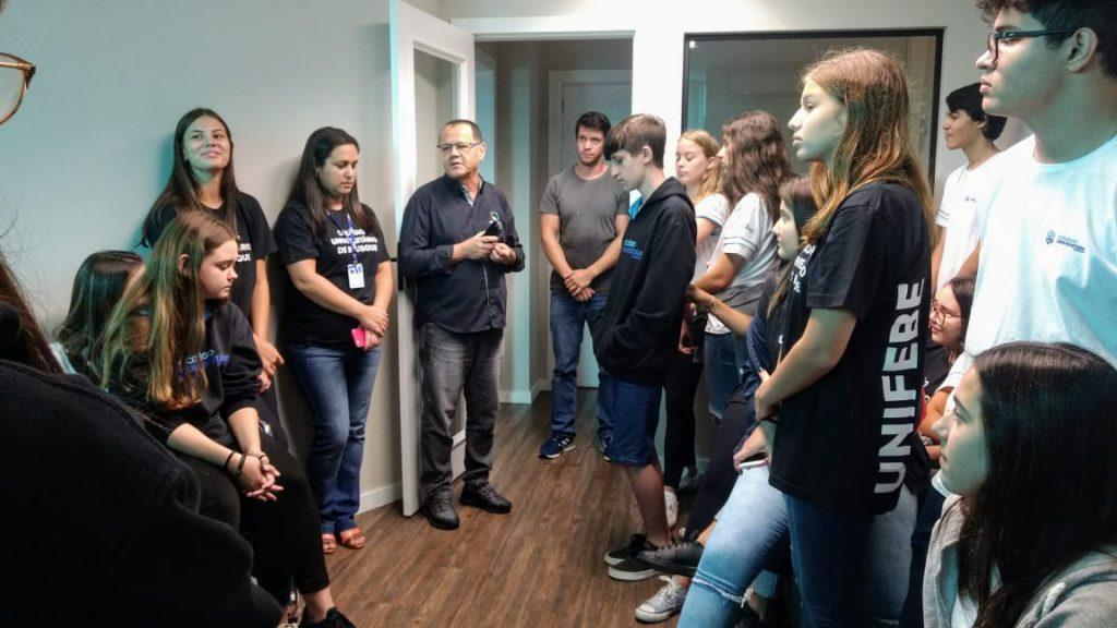 Alunos do Colégio Unifebe participaram de um bate-papo sobre jornalismo.