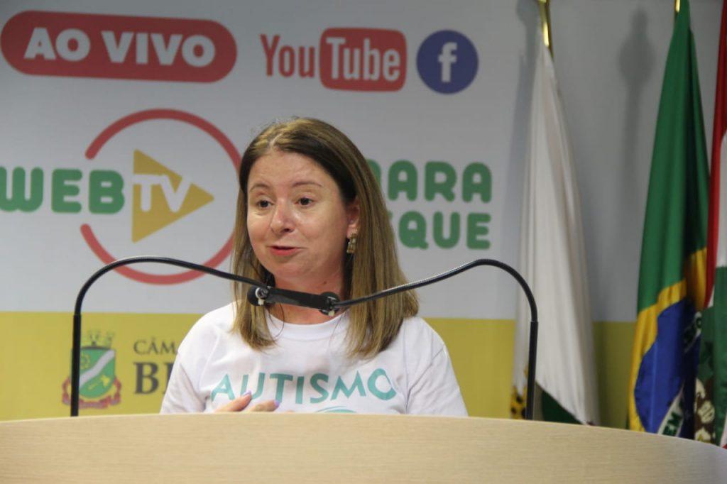 Presidente da AMA, jornalista Guédria Motta, na tribuna da Câmara (Foto: Assessoria de Imprensa).