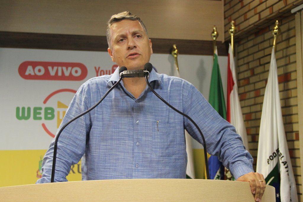 Vereador Jean Pirola na tribuna da Câmara (Foto: Assessoria de Imprensa).