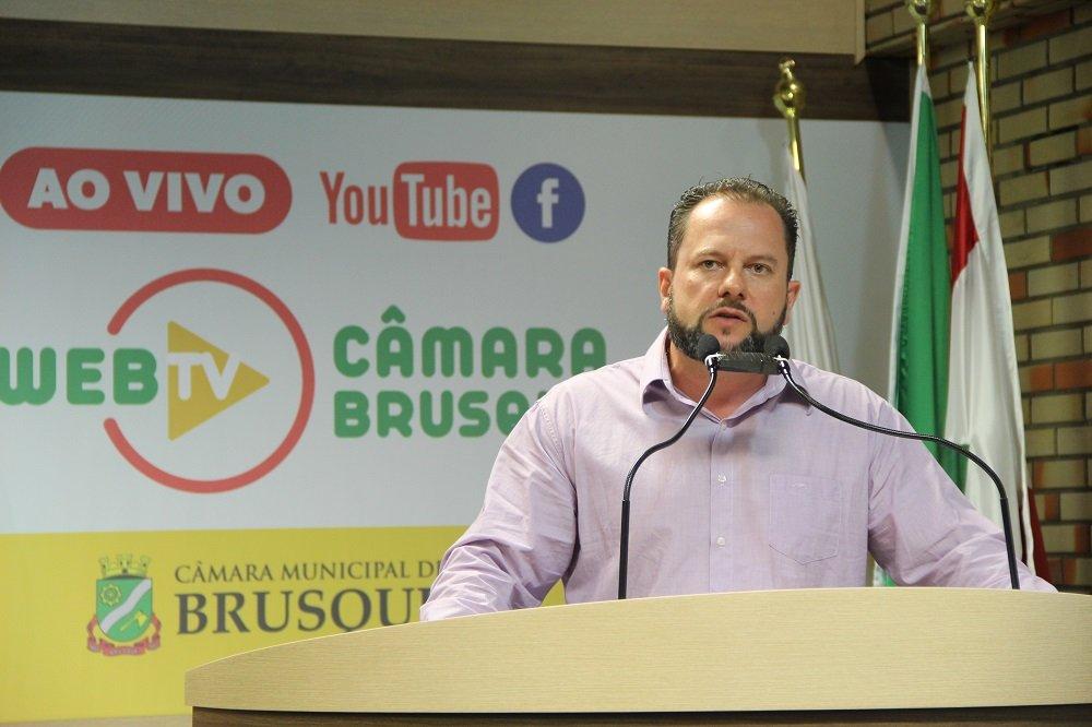 Vereador Marcos Deichmann na tribuna da Câmara (Foto: Assessoria de Imprensa).