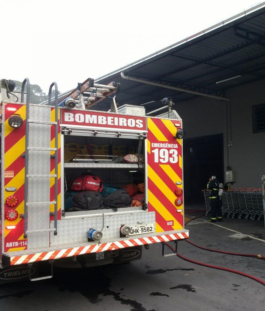 Bombeiros combatem incêndio em câmara frigorífica