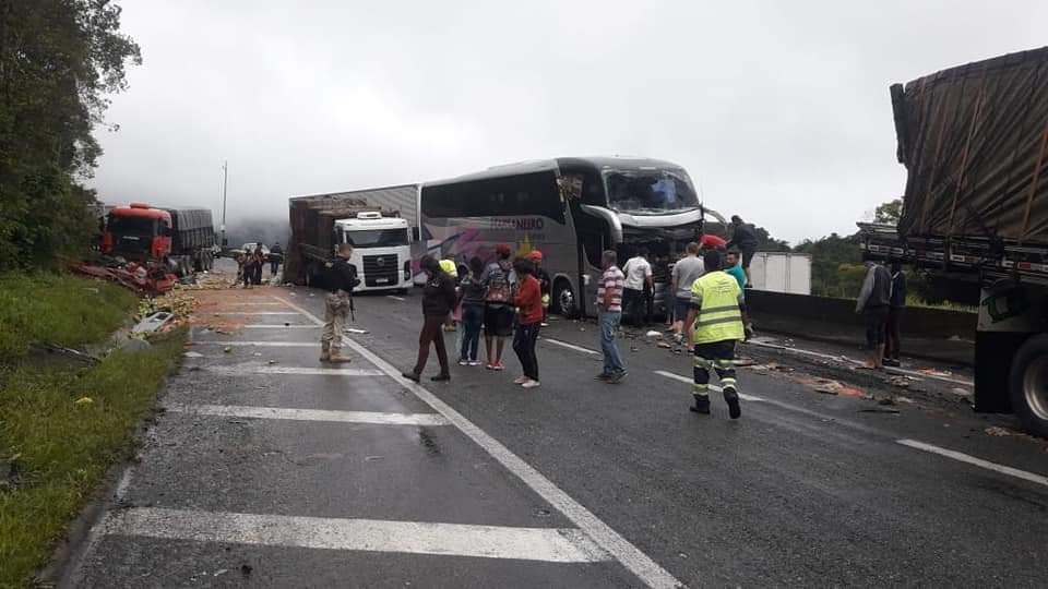 Acidente na Regis Bittencourt envolveu ònibus de Brusque (Foto: Divulgação).