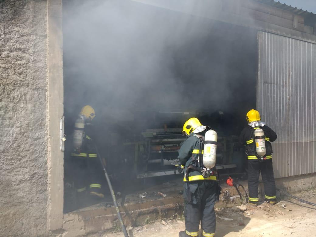 Corpo de Bombeiros combate incêndio em empresa têxtil