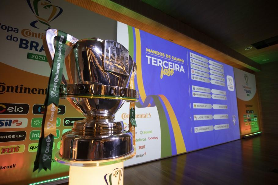 Troféu da Copa do Brasil exibido no sorteio da terceira fase (Foto: Divulgação/CBF).