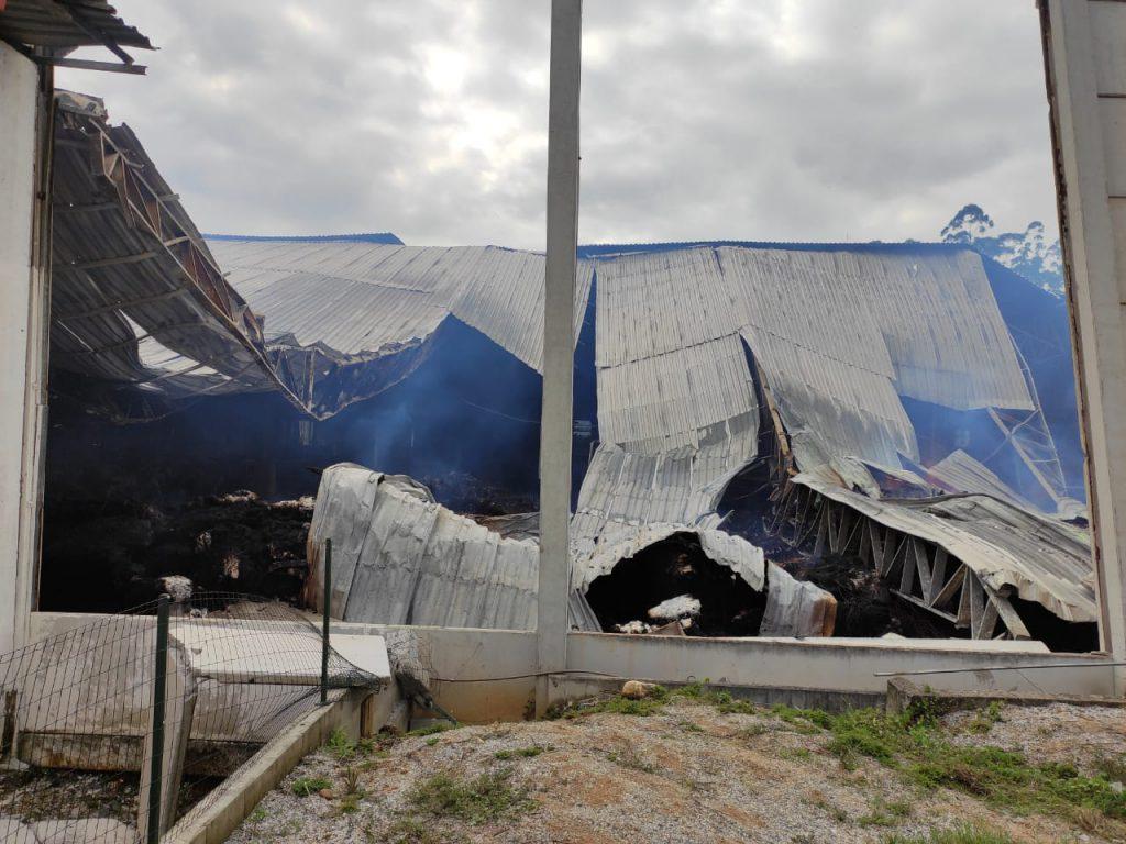 Incêndio de grandes proporções atinge Vargas Têxtil em Botuverá