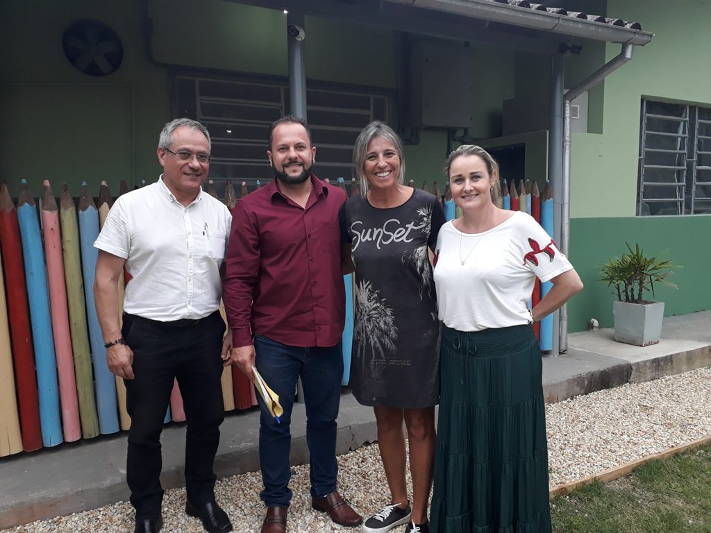 Comissão de Educação durante visita nas escolas (Foto: Assessoria/Câmara).
