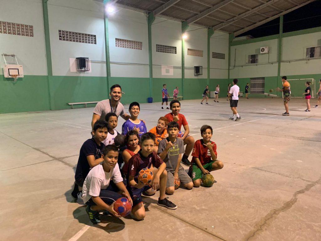 Professor Anderson Silva com alunos do handebol no polo do bairro Paquetá (Foto: Arquivo/Divulgação).