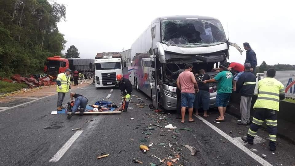 Engavetamento de veículos envolve ônibus de Brusque, na Regis Bittencourt