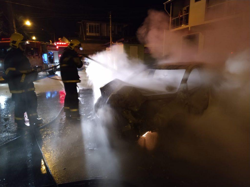 Carro bate em muro de residência e pega fogo