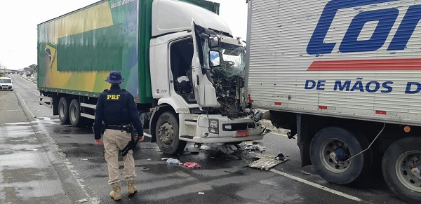 Um homem de 58 anos, morador de Brusque, morreu num acidente entre dois caminhões na BR-476.