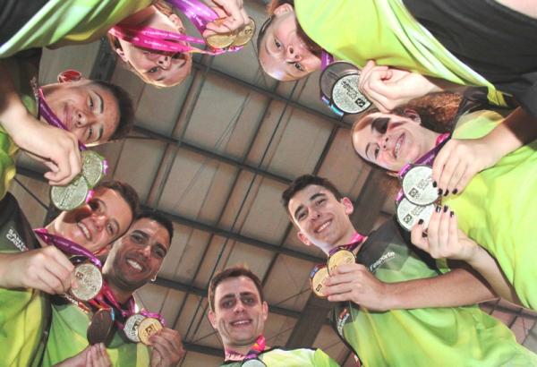 Atletas comemorando medalhas conquistadas nos Jogos Escolares.