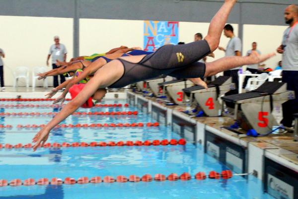 Competição de natação durante Jogos Escolares