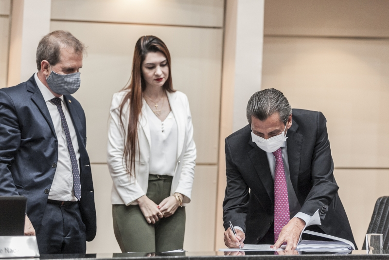 Eskudlark e Ana Campagnolo entregam pedido de impeachment do governador ao presidente Julio Garcia