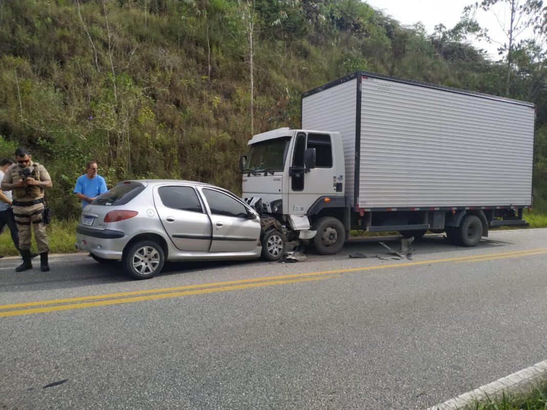 Mulher morre após carro colidir contra caminhão na SC-108, em São João Batista