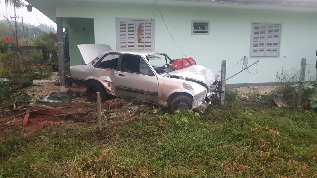 Carro sai da pista na rua Guabiruba Sul e bate contra cercas