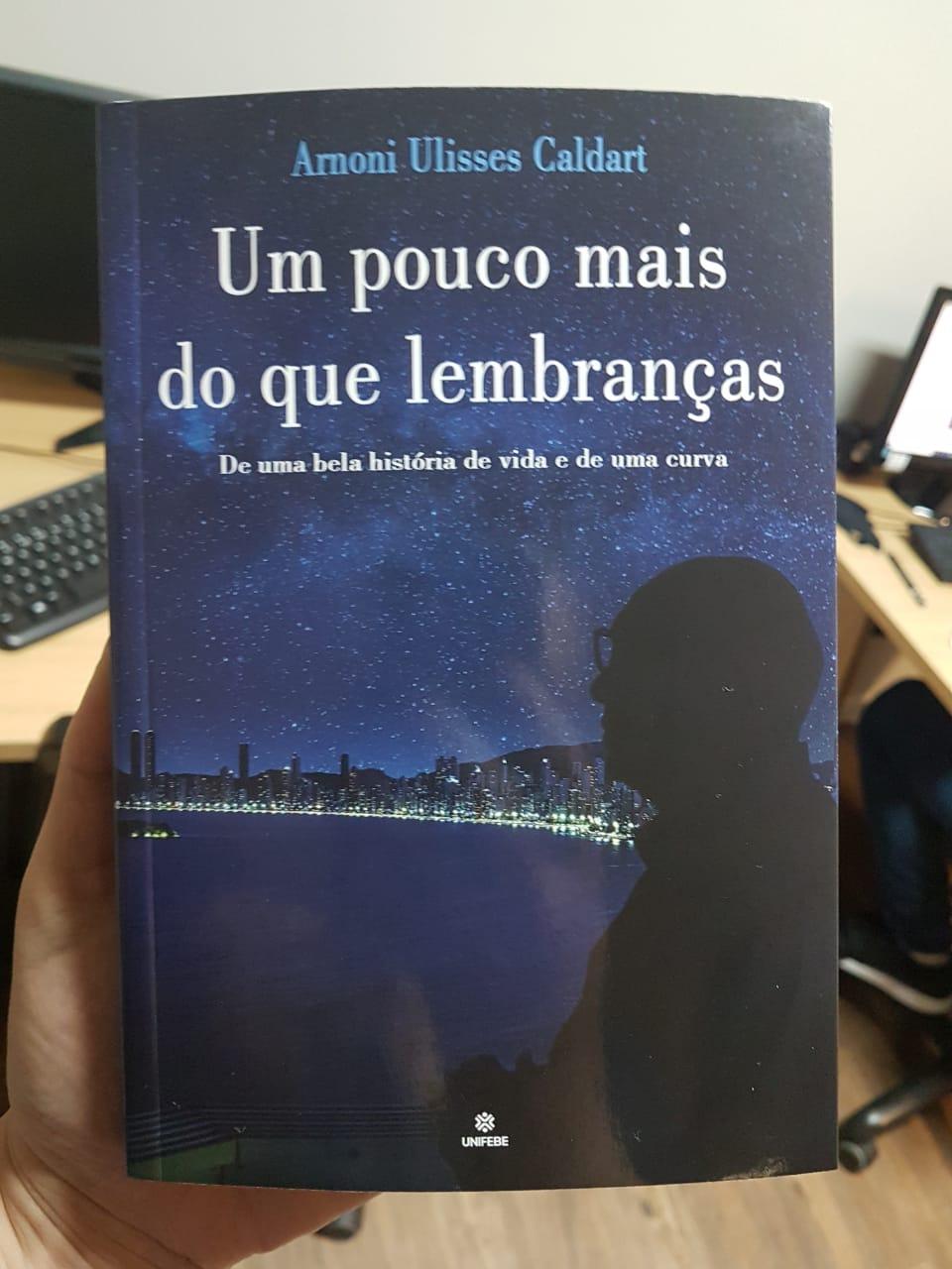 """Livro """"Um pouco mais que lembranças"""" do médico Arnoni"""