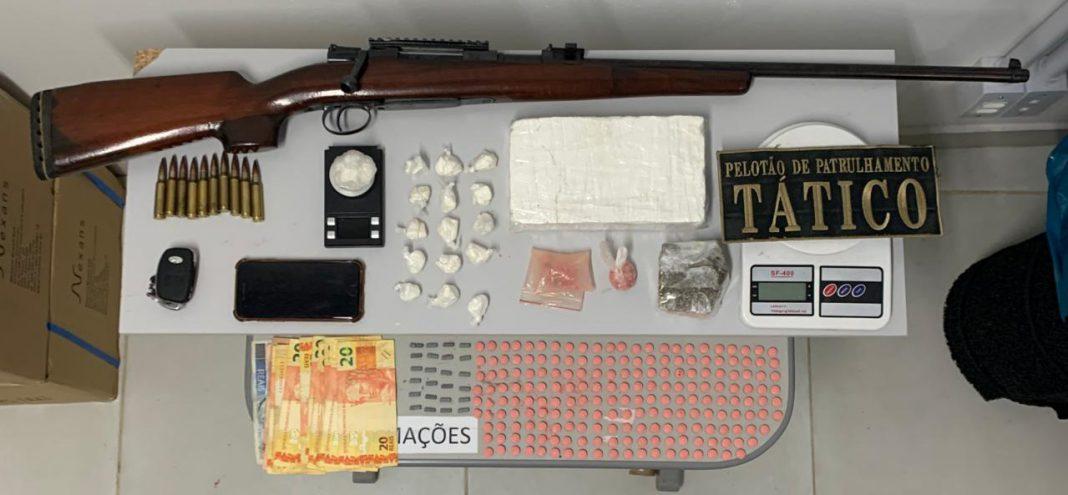 PM apreendeu drogas, munições e arma após abordagem na rodovia Ivo Silveira