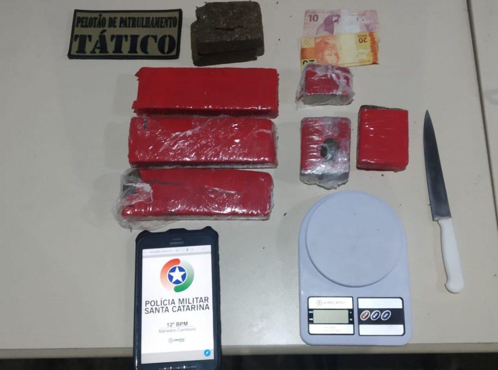 Operação da PM apreendeu drogas em uma residência em Balneário Camboriú (Foto: PM/Divulgação).
