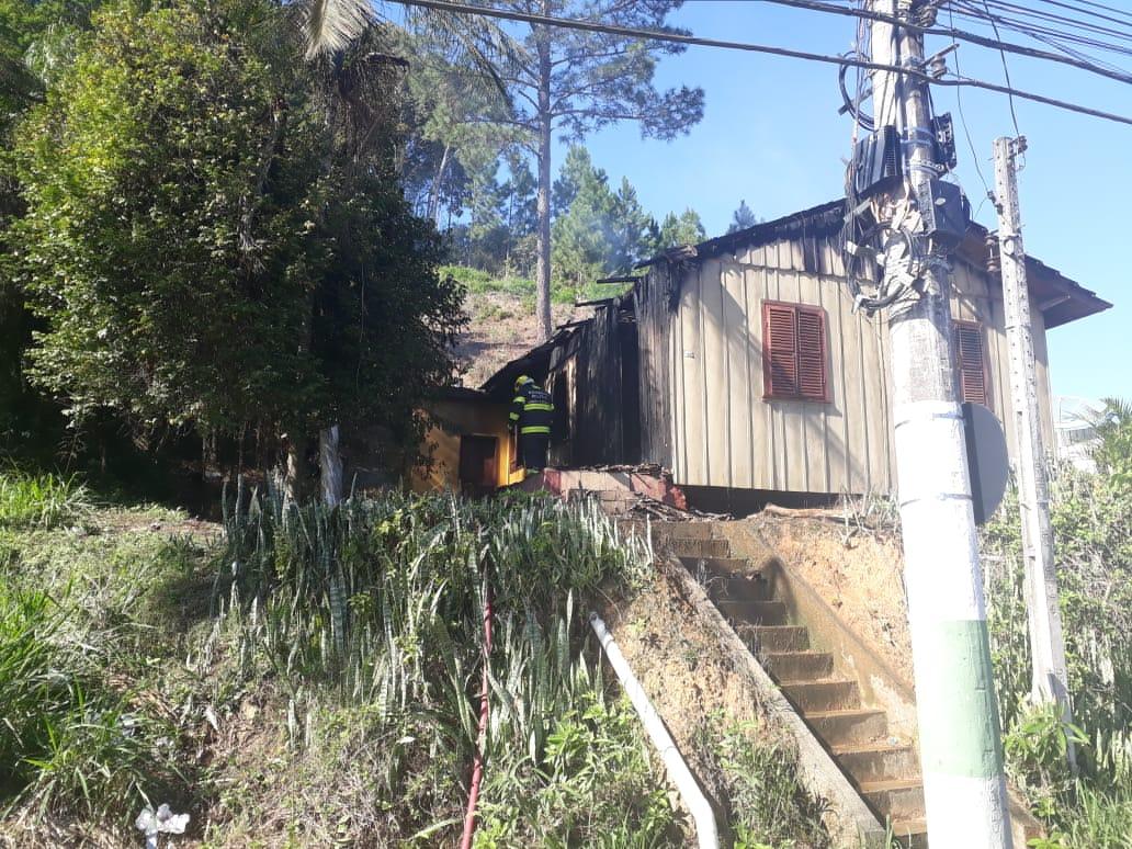 Incêndio destrói casa de madeira no Águas Claras